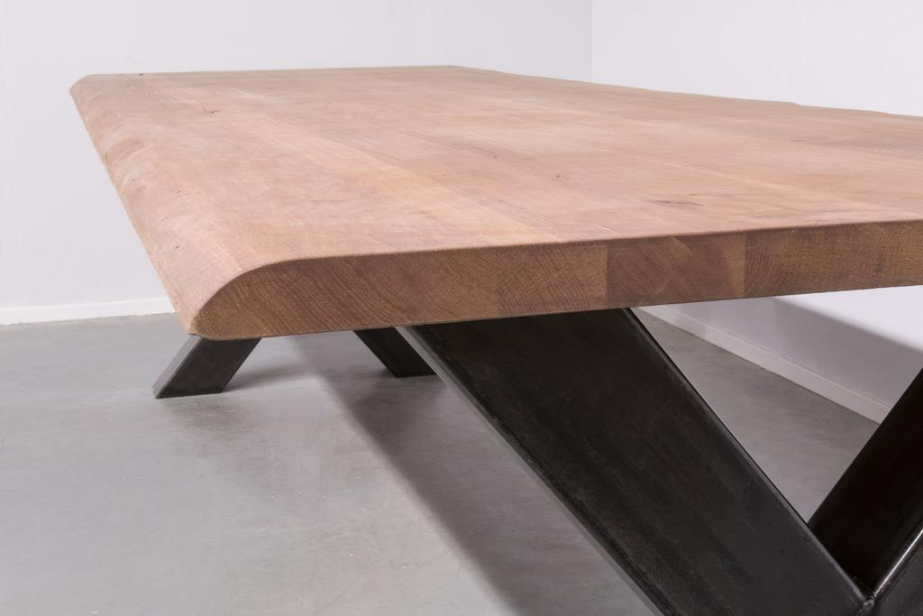 Industrie Design Esstisch Stahlkreuz - Baumstamm Eiche - Art. 102